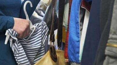 Tenta furto in un negozio di abbigliamento