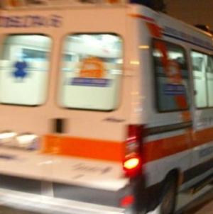 Donna precipita dal terrazzo dopo sfortunato incidente: è grave