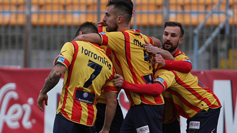 Il Lecce ribalta il Catanzaro e riconquista la vetta