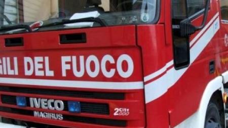 Incendio in una legnaia: tre persone messe in salvo