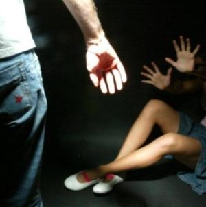 Un calcio alla pancia della compagna per farla abortire, in manette un 32enne