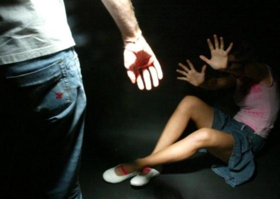 Picchia il padre e tenta di violentare la cugina: arrestato 41enne