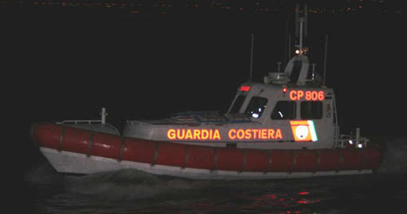 Notte di salvataggi in mare: un disperso e una nave incagliata