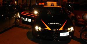 Sequestra, picchia e minaccia imprenditore con una pistola: arrestato 39enne