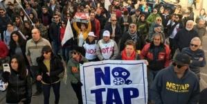 Serrata dei negozianti e corteo contro il cantiere Tap