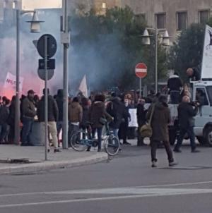 Gasdotto, assalto alla sede Tap: ferito un poliziotto
