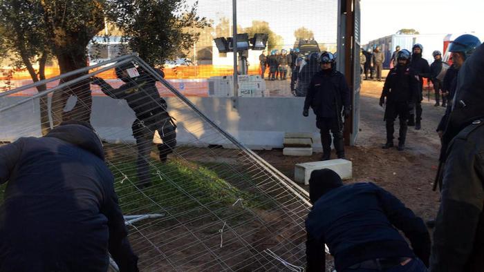 Gasdotto Tap, sassaiola e cariche al cantiere: tre i feriti