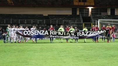Lecce corsaro a Cosenza con Saraniti e vetta consolidata