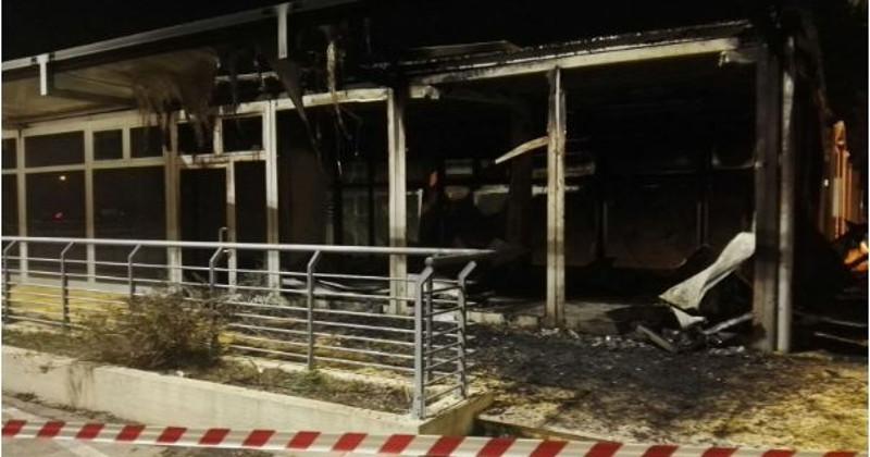 Violento incendio a Settelacquare: fiamme divorano otto box del nuovo mercato