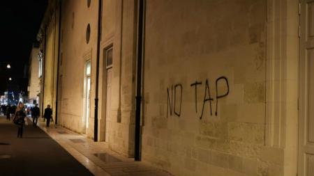 Disordini al corteo No Tap: sette bombe carta contro la polizia e scritte sui muri