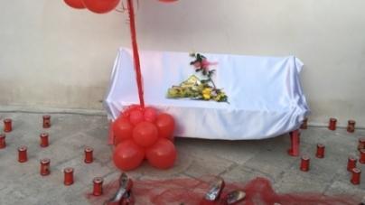 Una panchina rossa nel ricordo di Noemi per celebrare la festa della donna