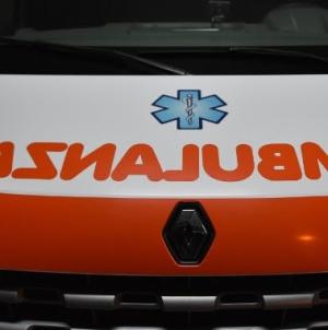 Accusa malore alla guida e si schianta contro un palo: camionista muore sul colpo