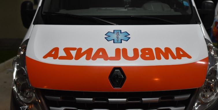 Perde il controllo dell'auto e si schianta contro un palo: muore 32enne