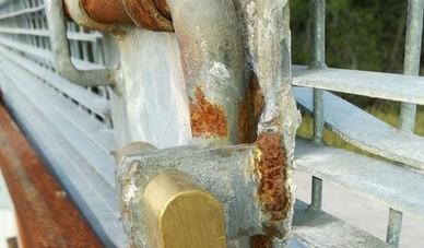 Attivisti tentano di abbattere il cancello del Gasdotto Tap