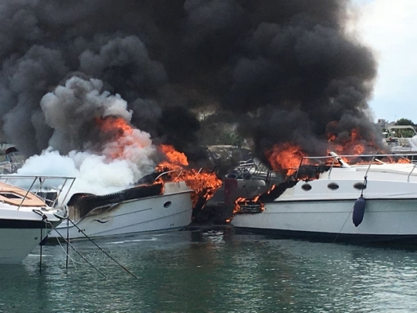 Vasto incendio alla Lega Navale di Porto Cesareo: un ferito