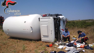 Autocisterna di gpl sfonda il guardrail e si ribalta: ferito il conducente