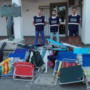 Spiagge occupate abusivamente dal Gargano al Salento: sequestrati 400 ombrelloni