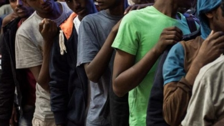Rissa in un centro di accoglienza: ferito un migrante