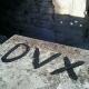 Scritta 'Dux' sulla balaustra dell'anfiteatro romano