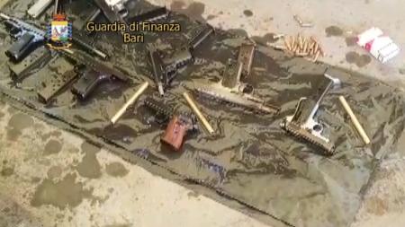 Sequestro di armi da guerra nel porto di Bari: arrestato 22enne salentino