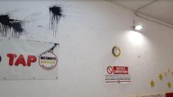 Uova con inchiostro lanciate nelle sede del M5S