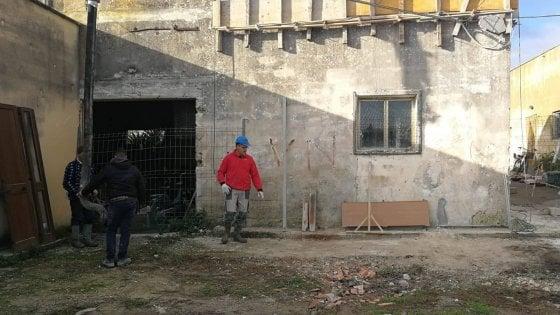 Famiglia povera in una casa a rischio crollo: i concittadini la ristrutturano gratuitamente
