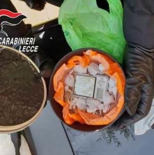 Droga nascosta sul terrazzo: arrestato pusher 52enne