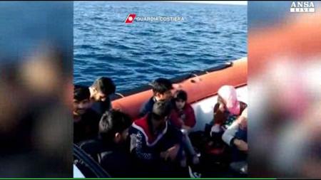 Migranti su un bialbero al largo delle coste salentine