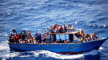 Sbarco di migranti all'alba a Torre Pali: soccorsi dalla Guardia Costiera