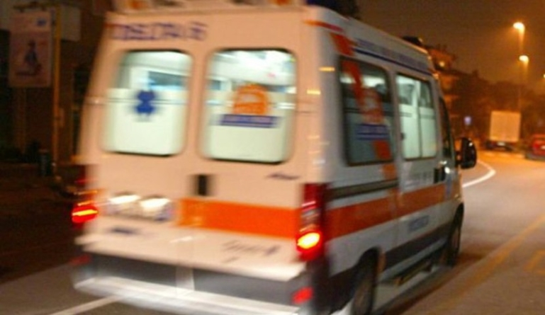 Perde il controllo della moto e si schianta contro un albero: muore 33enne