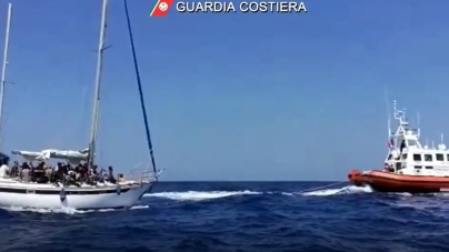 Migranti: soccorse 43 persone stipate su una barca a vela