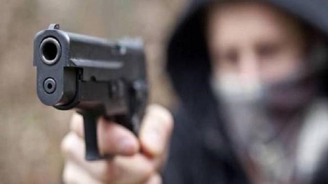 Agguato a colpi di pistola mentre andava in scooter a lavoro: 32enne ferito