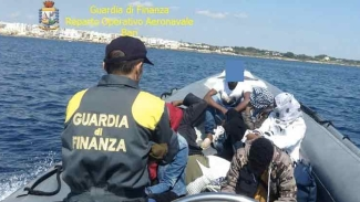 Migranti: sbarco di 62 pakistani in Salento sull'isola di Sant'Andrea vicino Gallipoli