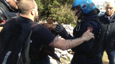 Attivista No Tap arrestato per aver incendiato un cassonetto nella notte