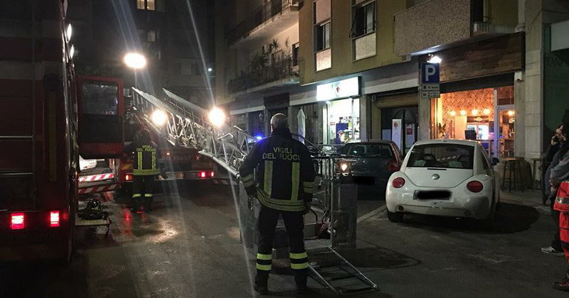 Paura nella notte in centro:  termocoperta in fiamme, evacuata una palazzina
