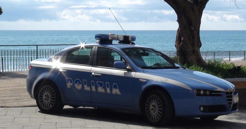 Ruba un borsello in spiaggia a San Foca: inseguito e arrestato 44enne