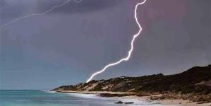 Cade fulmine in spiaggia: quattro feriti, grave un 13enne