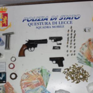 Sorpreso in casa con armi, droga e munizioni: arrestato 28enne