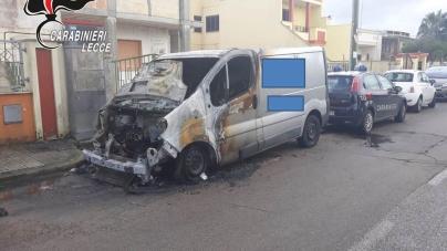Intimidazioni ad agenzia funebre: fiamme a ingresso attività e furgone