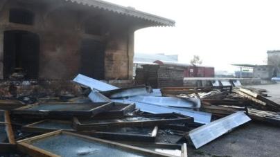 Incendio in capannone Fse: le fiamme danneggiano anche un treno