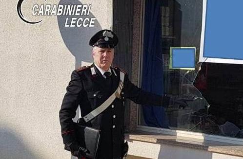 Sfonda vetrina di un negozio per svaligiarlo: arrestato 34enne