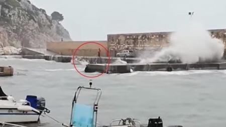Resta 18 ore sul molo per salvare la sua barca dalla burrasca: 48enne rischia la vita