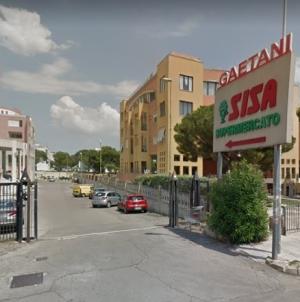 Migrante sventa una rapina al supermercato: il titolare lo assume