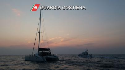 Imbarcazione rischia di affondare: salvate 3 persone
