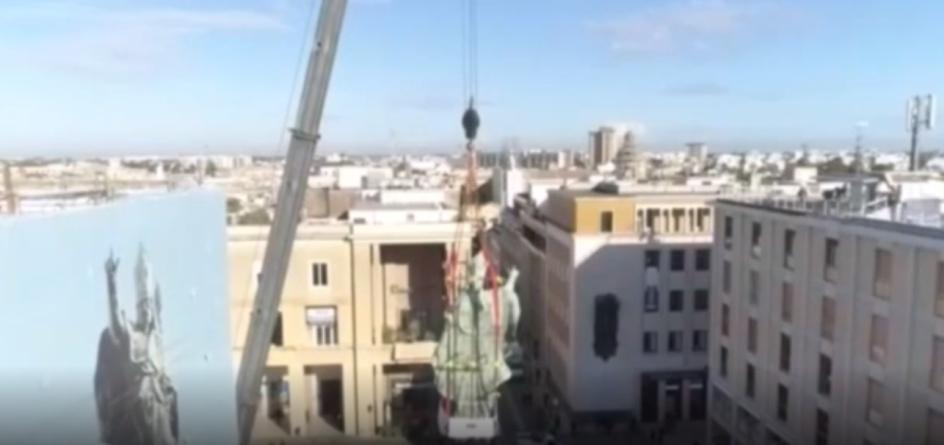 """Sant'Oronzo """"vola"""" su Lecce, dopo 300 anni la statua del patrono giù dalla colonna"""