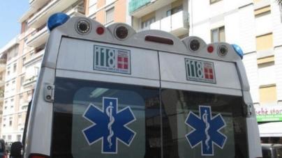 Scende dall'auto dopo un tamponamento ed è travolta da un autocarro: morta una donna di 40 anni
