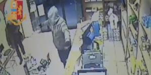 Rapinò tabacchieria armato di pistola: arrestato l'autore