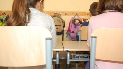 Maltratta e picchia i bimbi in classe: sospesa maestra di scuola materna