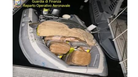 Inseguimento in mare: preso gommone con 400 chili di droga