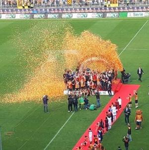 Il Lecce riscrive la storiA: 2-1 allo Spezia e scatta la festa promozione